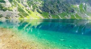 Charca negra hermosa (pulimento: staw czarny) en las altas montañas de Tatra, Polonia Fotografía de archivo libre de regalías