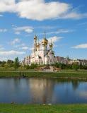 Charca neta delante de la iglesia ortodoxa foto de archivo