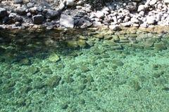 Charca verde con las rocas Fotografía de archivo libre de regalías