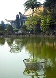 Charca verde en Asia con el templo Fotos de archivo