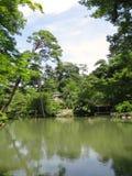 Charca y casa del jardín de Kenrokuen imagen de archivo