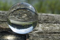 Charca y cielo en cristal fotografía de archivo