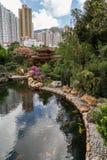 Charca y puente en Nan Lian Garden en Hong Kong Imágenes de archivo libres de regalías