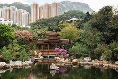 Charca y puente en Nan Lian Garden en Hong Kong Fotografía de archivo libre de regalías