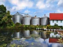 Charca y silos imagen de archivo