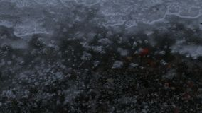 Charco de la lluvia en el pavimento almacen de metraje de vídeo
