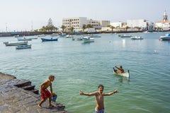Charco de SAN Gines σε Arresife με τα αγόρια που έχουν τη διασκέδαση στο νερό Στοκ Φωτογραφία