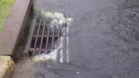Charcos de las fuertes lluvias y gotas de agua y ondulaciones en el camino superficial - fondos naturales de las gotas de agua de metrajes
