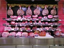 Charcutería de la gastronomía con el jamón y el salami en la exhibición Imagen de archivo