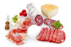 Charcuterie- und Käsemehrlagenplatten auf einem weißen backgro lizenzfreie stockbilder