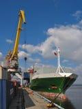 Charge d'un récipient dans un port Photos stock
