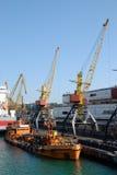 Charge de cargaison dans le port Image stock