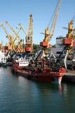 Charge des bateaux dans le port Image libre de droits