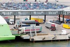 Charge des camions sur l'étoile de bac dans le port de Helsinki photographie stock