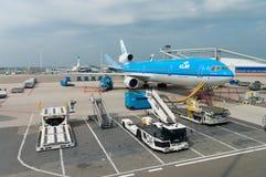 Chargement d'un avion de KLM Photo libre de droits