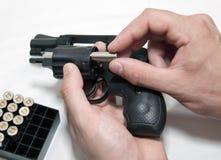 Chargement d'un revolver Image stock