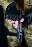 Chargement d'une arme à feu photos stock