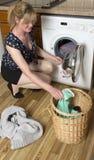 Chargement d'une machine à laver images stock