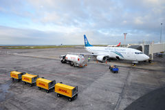 Chargement de attente plat vers le haut à l'aéroport Photo stock
