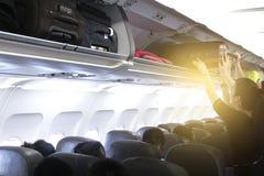 Chargement de bagage d'avion images libres de droits