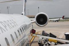 Chargement de bagage sur l'avion Photo stock