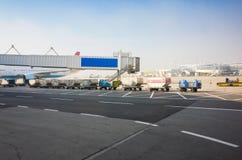 Chargement de bagages dans l'aéroport européen Image stock