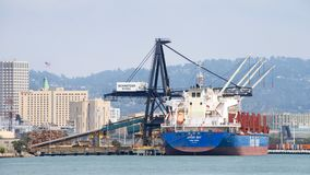 Chargement de BAIE du vraquier JERVIS au port d'Oakland photographie stock