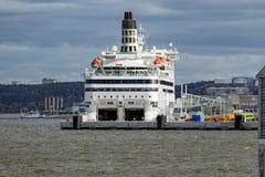 chargement de bateau de ferry de Cargaison-passager dans un port Photos stock