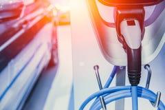 Chargement de batterie de voiture électrique de voiture d'EV à la station de charge photos stock