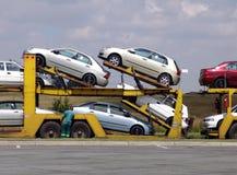 Chargement de camion des véhicules Photographie stock libre de droits