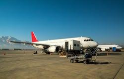 Chargement de cargaison d'avion photos libres de droits