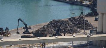 Chargement de déchets dans un port photos stock