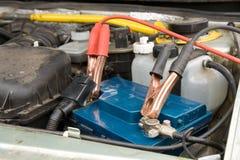 Chargement de la batterie de voiture Photographie stock libre de droits