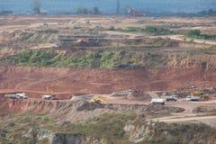 Chargement de minerai de fer sur le camion très grand de corps de décharge Image stock