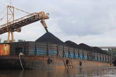 Chargement de péniche de charbon sur la rivière Photo stock