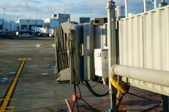 Chargement de passager jetway à l'aéroport commercial Image libre de droits