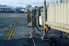 Chargement de passager jetway à l'aéroport commercial Images stock