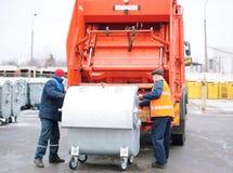 Chargement des déchets dans le transport spécial photos libres de droits