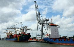 Chargement et déchargement dans le port de Rotterdam Images stock