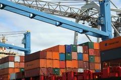 Chargement et déchargement dans le port de Rotterdam Photo stock