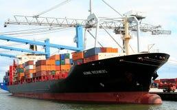 Chargement et déchargement dans le port de Rotterdam Photographie stock