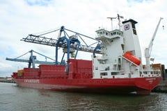 Chargement et déchargement dans le port de Rotterdam Photos stock