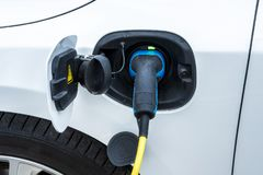 Charger une batterie de voiture ?lectrique image stock