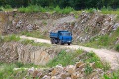 Charges industrielles de gravier de machine sur des camions Image stock