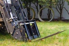 Chargeur d'embout avant avec l'attachement de chariot élévateur Photo stock