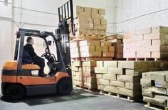 Chargeur de chariot élévateur dans l'entrepôt Image stock