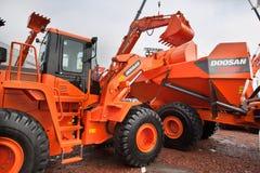 Chargeur de frontal diesel orange images stock