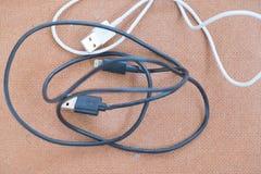 Chargeur de port de câble d'Usb sur le fond en bois Photos stock