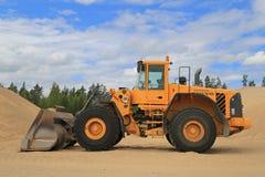 Chargeur de roue de Volvo L150E à un puits de sable Photographie stock libre de droits