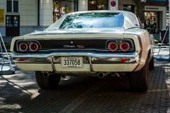 Chargeur de taille moyenne R/T, 1968 de Dodge de voiture blanc d'isolement de vue arrière Photographie stock libre de droits